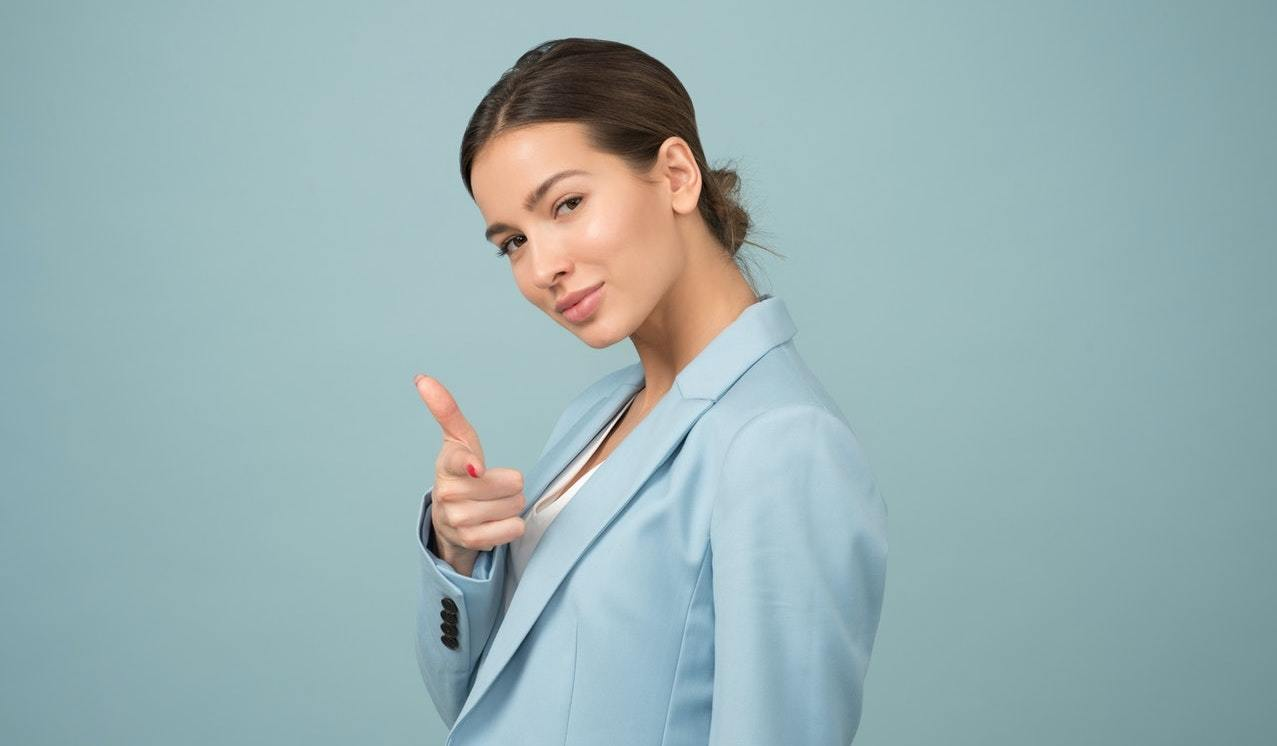 Woman wearing a blue suit, representing overconfident leaders and confidence in business leaders